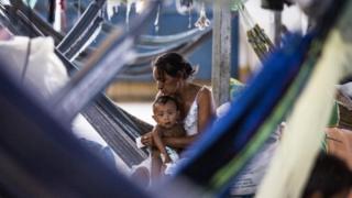 Mujer venezolana con su bebé en Boa Vista, Roraima, en marzo de 2019.