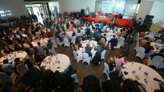 Lần đầu tiên tổ chức, Vietnam Internet Forum do Đại sứ quán Thụy Điển và Bộ TTTT đồng tổ chức thu hút khoảng 300 người khán dự.