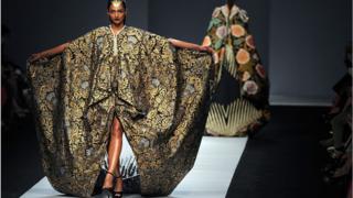 Salah satu koleksi batik dari Iwan Tirta yang ditampilkan di Jakarta Fashion Week, 2014 lalu.