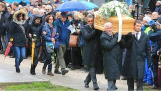 Pall bearers carry the coffin containing the body of Giulio Regeni during the funeral service in Fiumicello (Udine) (12 February 2016)