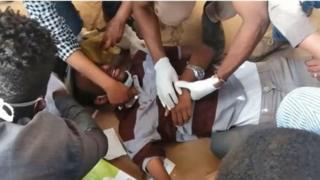 أحد جرحى الاحتجاجات السودانية يتلقى الإسعاف بعد إصابته