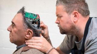 Pakar prostetik Mike Humphrey memeriksa Fred, robot Mesmer yang dibangun oleh Engineered Arts di Cornwall, Inggris