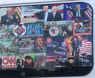 شیشههای کناری خودرو سزار سایوک پوشیده از پوسترهای حمایتی از دونالد ترامپ است