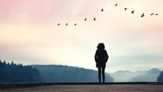 سيدة تقف بمفردها للتأمل