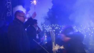 مهاجم يعتلي مسرحا في حفل خيري في بولندا ويطعن عمدة مدينة غدانسك متسببا بجروح في القلب والحجاب الحاجز.