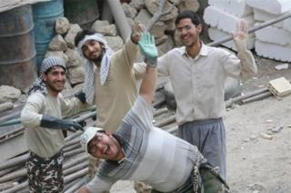 تصویری از محسن حججی (وسط، بالا) در جمع همکارانش در بسیج