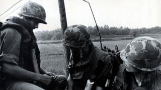 美军在清晨进入JSA,保护工程兵执行修剪杨树枝杈任务。