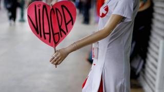 صورة مانيكان تحمل لوحة عليها كلمة فياغرا