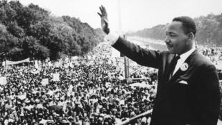 Le leader des droits civiques Martin Luther King (1929 - 1968) s'adressant aux foules lors de la « Marche Sur Washington » au Lincoln Memorial, Washington DC, où il a prononcé son discours 'I Have A Dream' en 1963