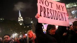 ニューヨーク中心部の「トランプ・タワー」周辺に集まった抗議デモ参加者