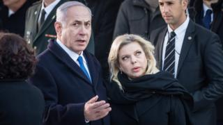 بنیامین نتانیاهو و سارا، همسرش در بنای یادبود قهرمانان گتوی ورشو. این بنا به یاد کشتهشدگان خیزش گتوی ورشو ساخته شده