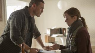 Luke Evans and Emily Blunt in The Girl on the Train