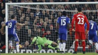 Kipa wa liverpool Mignolet apangua mkwaju wa penalti uliopigwa na Diego Costa