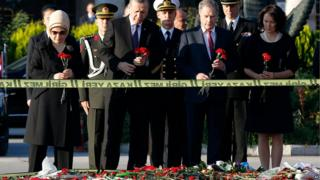 Finland's President Sauli Niinisto, (2nd from right), his Turkish counterpart Recep Tayyip Erdogan, (2nd from left) lay flowers in Ankara with their wives, 14 October 2015.