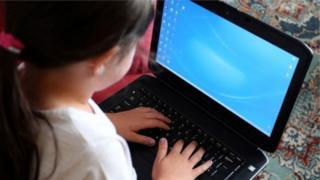 کودکان بریتانایی وقت زیادی را در شبکههای اجتماعی میگذرانند