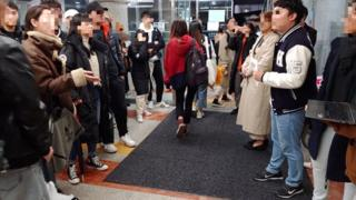 11月13日下午,在位于首尔的汉阳大学校园内,十几名韩国学生与五十多名中国留学生就香港示威问题对峙许久。(copyright:汉阳大学学生提供)
