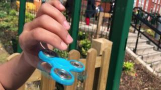 Conheça o fidget spinner, dispositivo para ajudar crianças a se concentrar que virou febre nas escolas