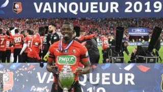Le défenseur malien Hamari Traoré fête sa victoire en finale de Coupe de France.