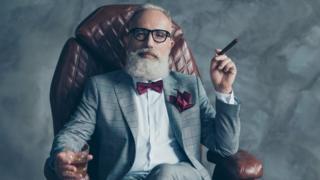 Hombre fumando en un sofá
