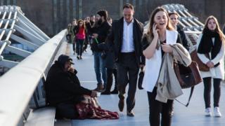 Varias personas caminan en un puente