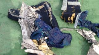 أجزاء من حطام الطائرة