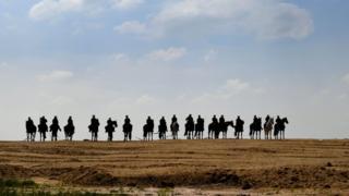 Кінні поліцейські чергували поблизу шахти