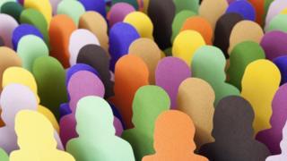 Толпа людей вырезанная из цветной бумаги