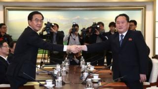 El ministro de Unificación de Corea del Sur,Cho Myoung-gyon , saluda al jefe de la delegación de Corea del Norte, Ri Son-Gwon.
