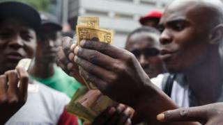 Le Zimbabwe est en proie à une forte inflation et à une pénurie de produits de base, notamment de pain et de carburant.