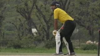 ક્રિકેટ રમતી વ્યક્તિ
