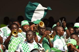Les supporters du Nigeria n'hésitent pas à sortir l'artillerie lourde pour encourager leur équipe.