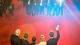 ممثلون يقفون لالتقاط صور على السجادة الحمراء بمهرجان كان