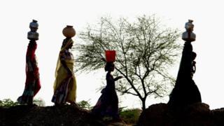 पानी भरने जाती महिलाएं