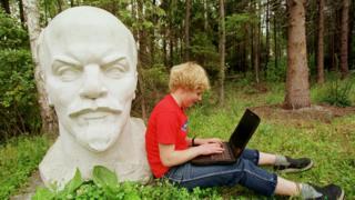 Хлопчик і бюст Леніна