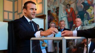 Emmanuel Macron votando.