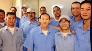 Tùng (hàng đầu, đeo kính) đã có nhiều hoạt động giúp đỡ những cựu tù nhân gốc Á hoàn lương.