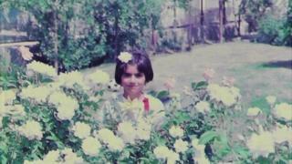 عکسی که خانم اقدم از کودکی خود در کانال تلگرامش منتشر کرده بود. او میگفت بهترین دوران زندگی خود را در مهرشهر کرج گذرانده است