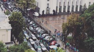 Автомобили участников акции под Верховной Радой