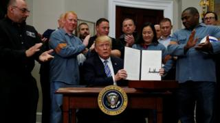 ホワイトハウスで追加関税の大統領令に署名したトランプ大統領(8日)