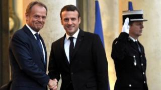 Rais Macron na Donald Tusk (kushoto)