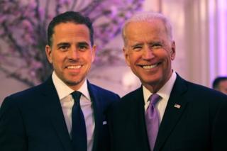 Hunter Biden (kiri) dan ayahnya Wakil Presiden AS Joe Biden