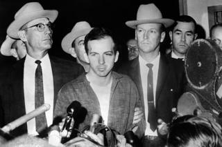 ลี ฮาร์วีย์ ออสวอลด์ ผู้ที่ถูกกล่าวหาว่ายิงเจเอฟเค ถูกนำตัวมาแถลงข่าวหลังการจับกุมเมื่อ22 พย. 1963