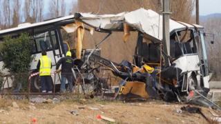 Les restes du bus heurtés par un train à Millas, près de Perpignan.