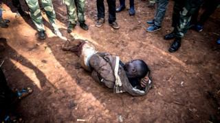 Uwukekwa kuba umurwanyi w'umu Mai Mai aryamye impande y'iko bavuriramwo Ebola i Butembo mu buseruko bwa Kongo, itariki 09/03/2019