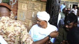 Omar al-Bashir ubwo yavaga mu biro by'umushinjacyaha mu murwa mukuru Khartoum ku munsi w'ejo