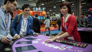 澳门一场国际博彩博览会上的模拟赌枱(资料图片)