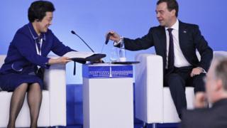 وزيرة العدل الصينية السابقة وو آى ينغ مع رئيس الوزراء الروسي ديمتري ميدفيديف
