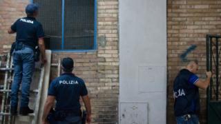 İtalyan polisi bir operasyon sırasında (Arşiv Fotoğrafı)