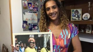 Anielle Silva com uma foto da irmã, a vereadora Marielle Franco