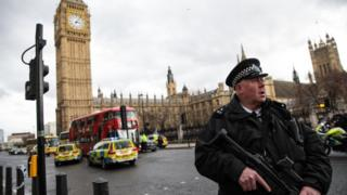 Policial nos arredores do Parlamento